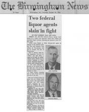 Artículo del periódico Birmingham News con el titular, Dos agentes federales de licores asesinados en lucha