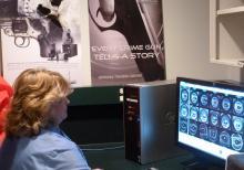 """Shelly Betts, una examinadora armas de fuego de la Agencia de Investigación de Tennessee, compara los dos casquillos que muestran el """"resultado"""" positivo del NIBIN."""