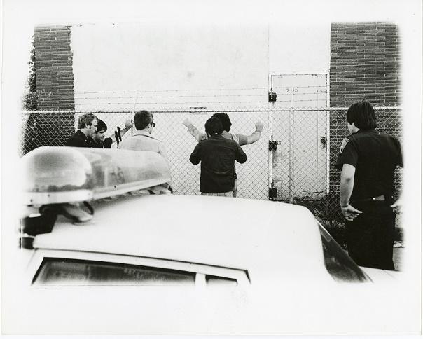 Imagen de agentes especiales arrestando a un sospechoso