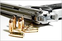 Imagen de un pistola y balas