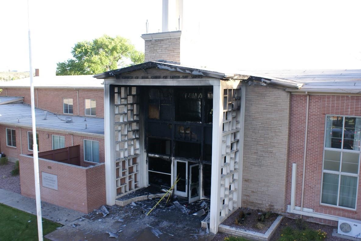 Vista aérea de los daños causados por el fuego en la parte frontal de la iglesia