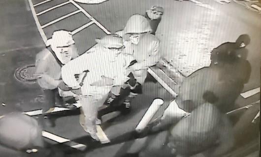 Ocho sospechosos con cubiertas faciales ingresan a Airport Pawn & Gun, un titular de licencia federal de armas de fuego (FFL, por sus siglas en inglés).