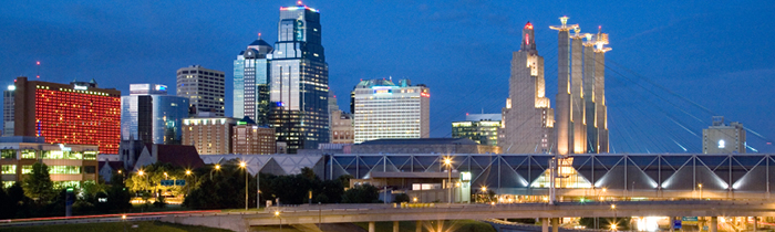 Línea del horizonte de la Ciudad de Kansas, Missouri por la noche