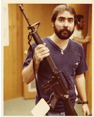 Imagen de Ariel Rios sosteniendo un arma de fuego incautada.